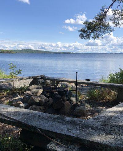 Nuotiopaikka Pielisen rannalla.