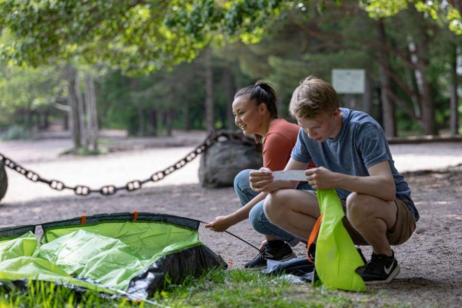 Nuoret pystyttämässä telttaa