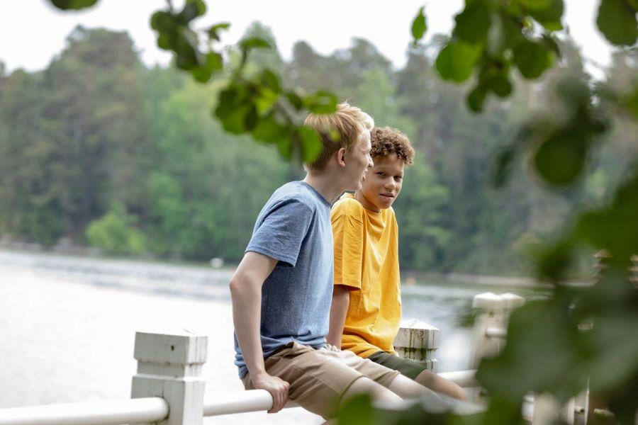 Nuoret pojat istumassa laiturilla