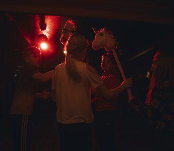 Ponidisco menossa punaisessa valaistuksessa leirikoulussa Hyvärilässä.