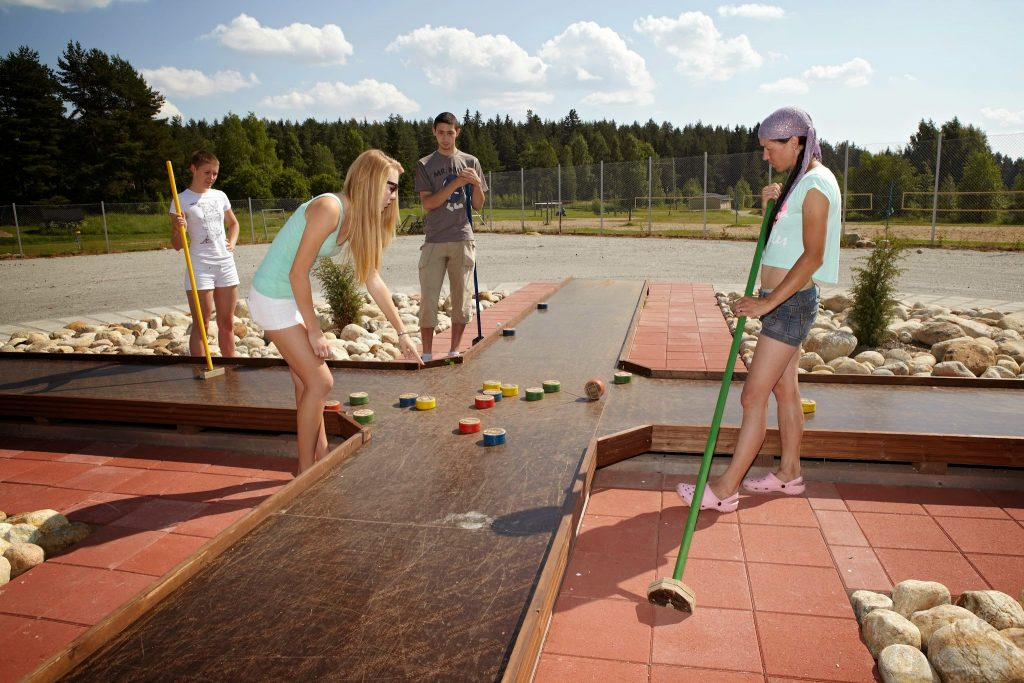 Perhe pelaamassa hyrlinkiä.