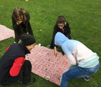 Nuoria pelaamassa matikkalautaa.