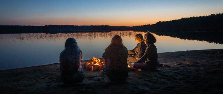Nuoria iltanuotiolla Metsäkartanon rannalla.