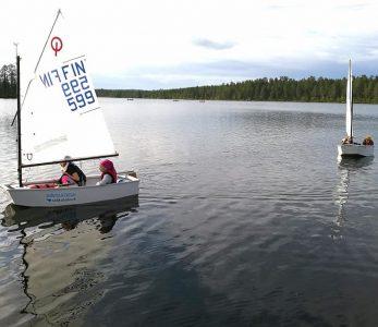 Lapsia purjehtimassa Oivangissa.