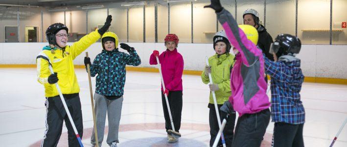 Nuoria pelaamassa curlingia Piispalassa.