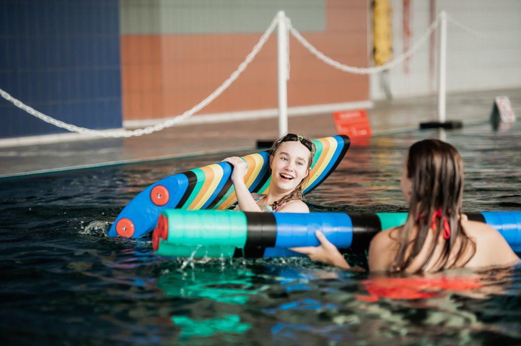 Piispalan uimahallissa kaksi nuorta uimassa.