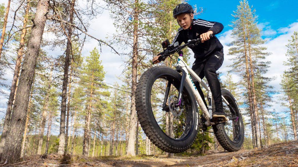 Maastopyöräilyä Pikku-Syöteellä.
