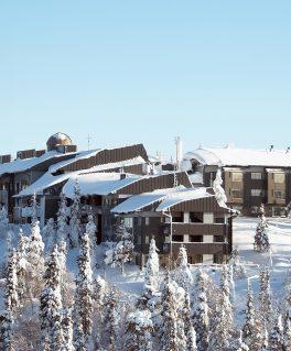 Pikku-Syöteen hotelli talvella.