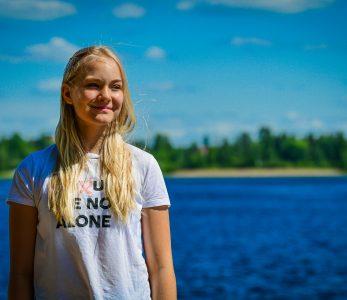 Nuori Kymijoen rannalla aurinkoisessa säässä.