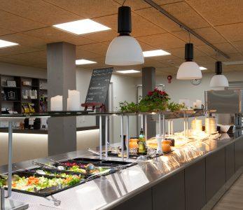 Nuorisokeskus Anjalan ruokasali.