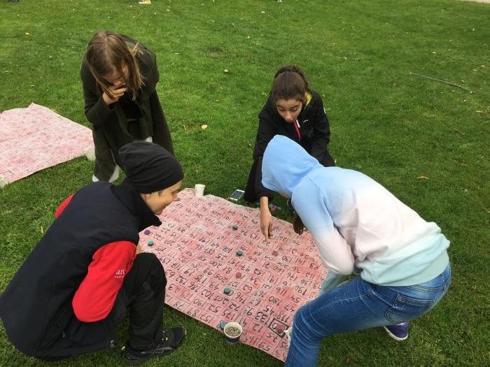 Lapset tekevät toiminnallisia tehtäviä ulkona.