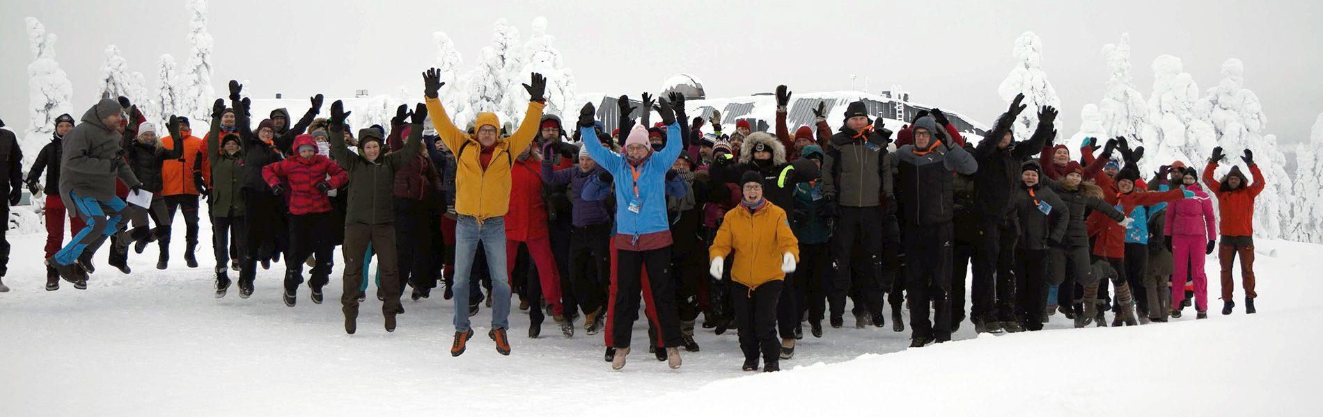 Seikkailukasvatuspäivien osallistujat Pikku-Syötteellä talvella, noin sata ihmistä hyppäämässä ilmaan.