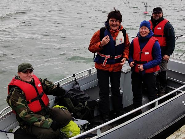 Varsinais-Suomen seikkailukasvattajia menossa aluetapaamiseen Harvan saareen veneellä.