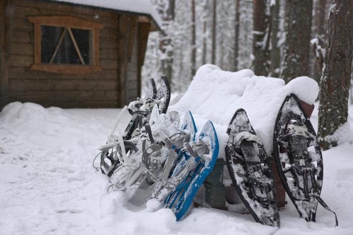 Lumikengät lumessa