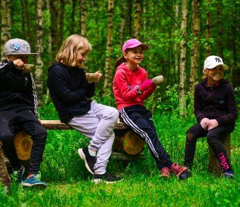 Lapsia metsäretkellä nuorisokeskus Anjalan ympäristössä.