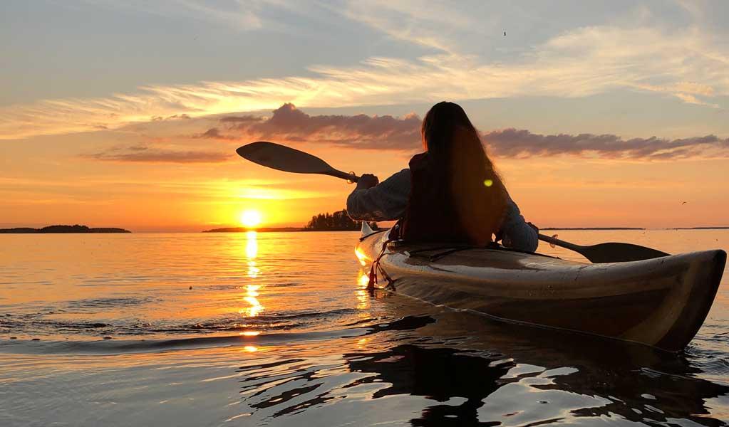 Tyttö kanotoimassa järvellä