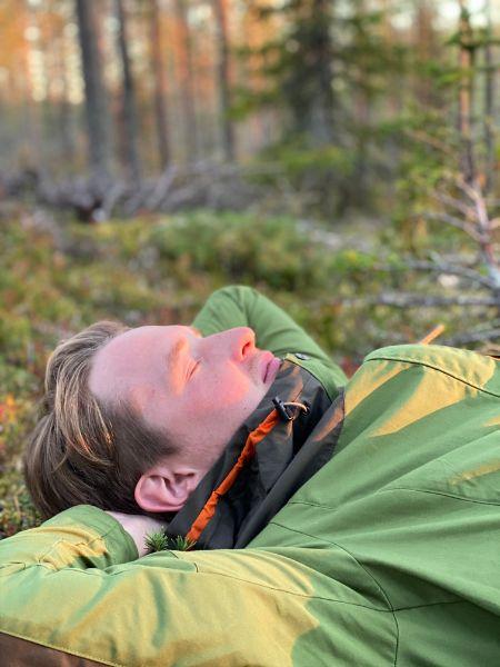 Koordinaattori ottaa rennosti metsässä