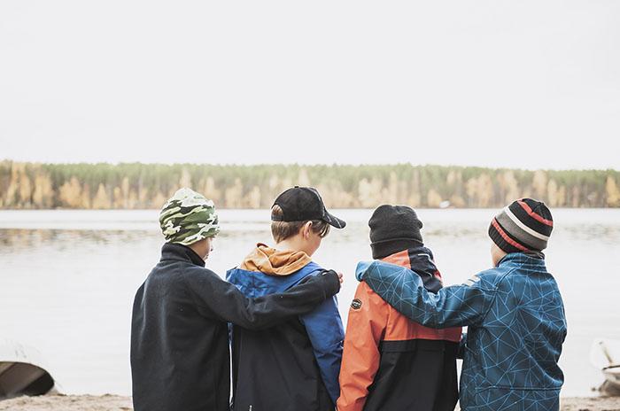 pojat Piispalassa rannalla