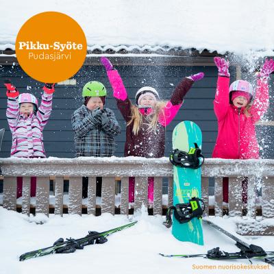 Nuorisokeskus Pikku-Syöte, lapsia heittämässä lunta ilmaan.