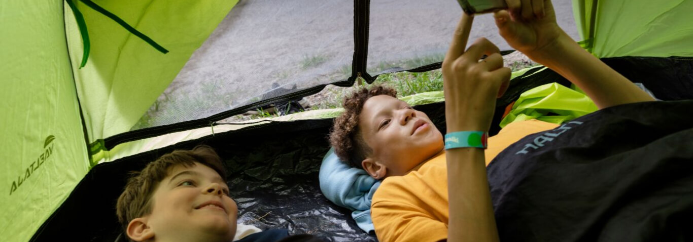 Pojat teltassa